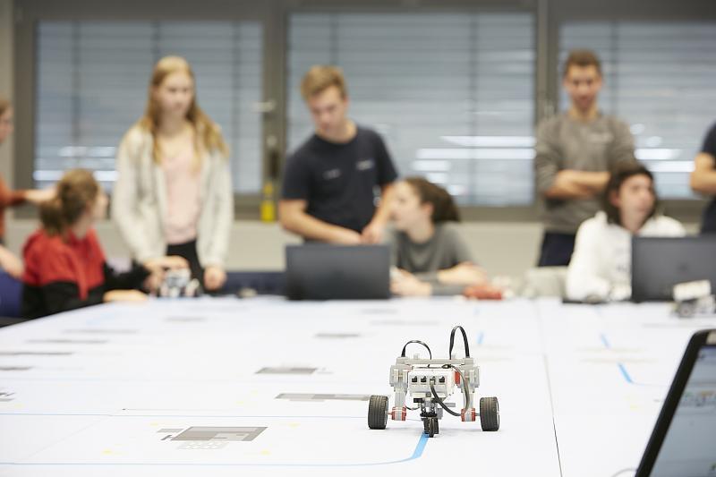 Todos cruzaron los dedos en la pista de obstáculos. Los robots habían sido prediseñados, premontados y preprogramados por los jóvenes.