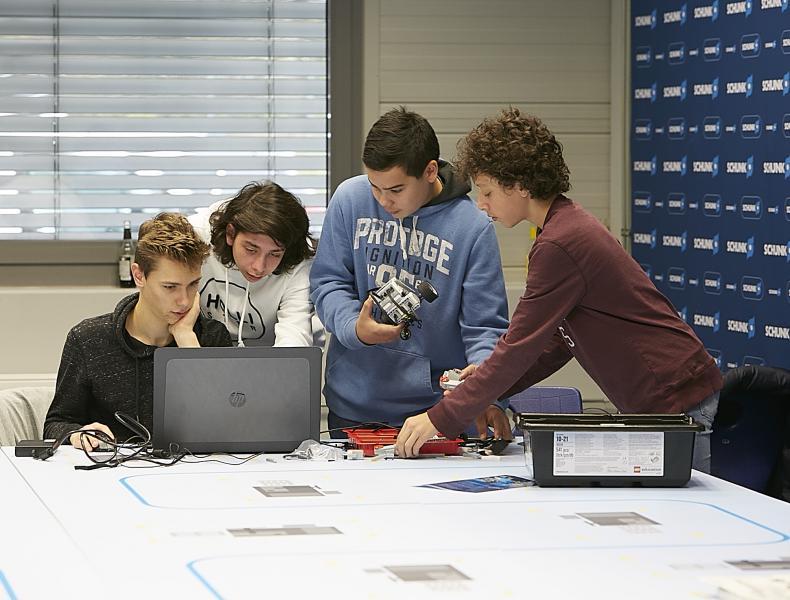Una vez programados los robots para la carrera, los jóvenes participantes solo tenían que tirar del trabajo en equipo.