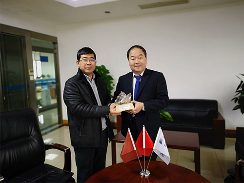 Zhao Jianwei, Senior Sales Manager for STUDER Machines at UNITED GRINDING China (right), hands over the Swiss Rock Crystal to Yongjun