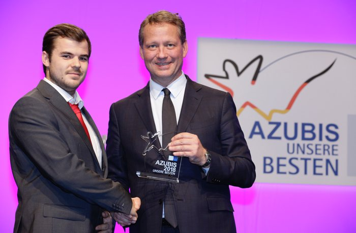 Nico Groß receives his award from Eric Schweitzer, President of the Association of German Chambers of Commerce and Industry (DIHK).