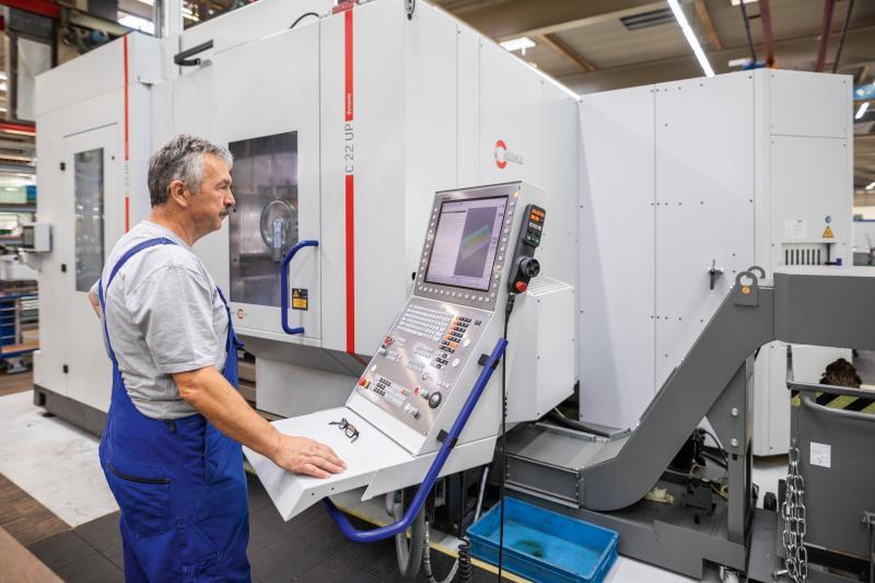 Maschinenbediener Günter Schulz vor dem 5-Achsen Bearbeitungszentrum C 22 UP von Hermle im Werkzeug- und Formenbau der WMF Group GmbH