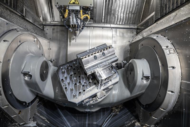 Arbeitsraum des BAZ C 22 UP mit dem Schwenkrundtisch mit 320 mm  Durchmesser (Achsen A und C) für die 5-Achsen-Komplett-/Simultanbearbeitung von Werkzeug-Komponenten in einer Aufspannung