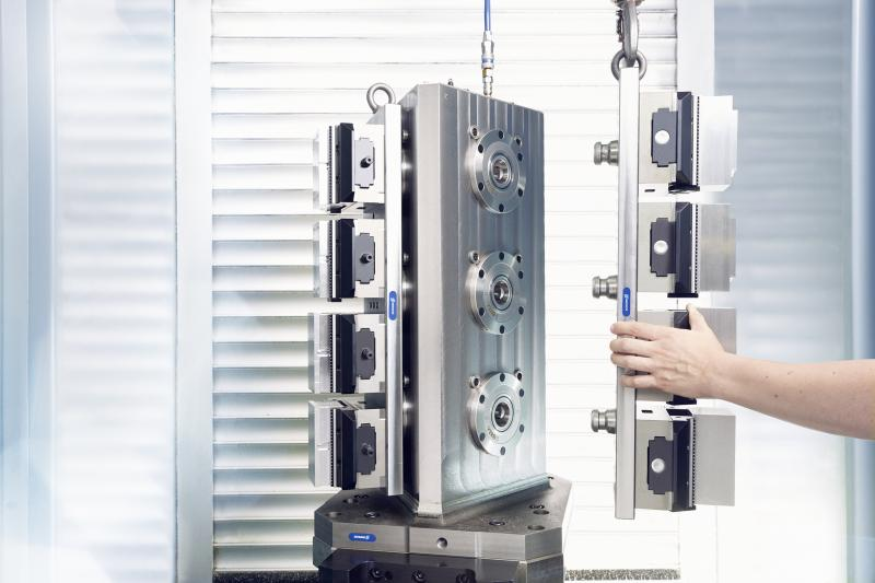 The family of SCHUNK KONTEC KSC vises of the basic line combines high clamping forces, convenient operation, and high accuracy with a low weight. The vises are particularly suitable for use in automated solutions with workpiece storage.  Photo: SCHUNK
