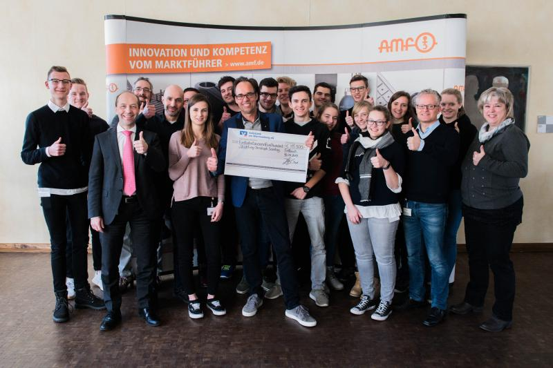 The cabaret artist Christoph Sonntag received €15,500 from the AMF trainees for his Stiphtung Christoph Sonntag. The money is the takings from last year's Fellbach Christmas market campaign, which the trainees carried out independently and successfully as their own real-life project for the thirteenth time.