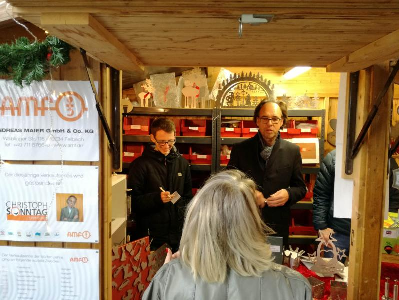 Donation recipient Christoph Sonntag acted as a salesman himself and signed autographs at the stand of the AMF trainees at the Fellbach Christmas market in 2018.