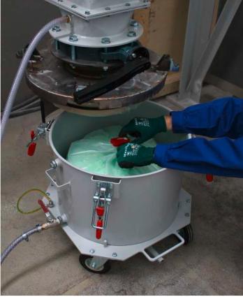 Bei der Entsorgung z.B. von krebserzeugenden Stäuben ist gutes Containment gefragt, um Beschäftigte vor einer zu hohen Konzentration der gefährlichen Substanzen zu schützen.