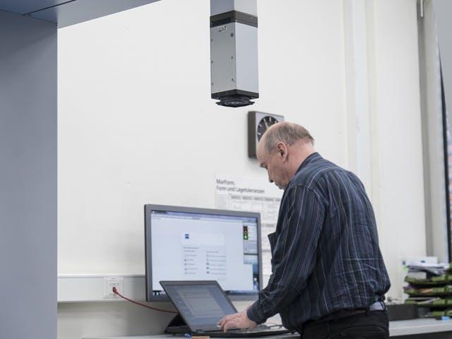 ZEISS Servicetechniker Michael Naumann bei der Fehleranalyse.