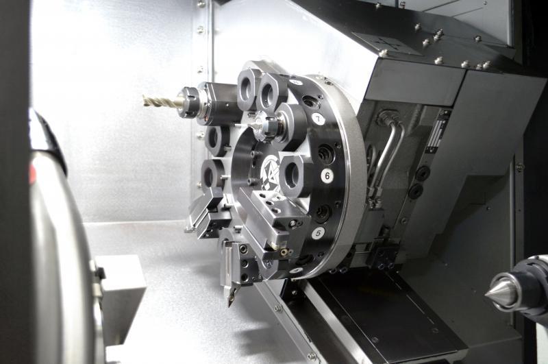 Die im Standard verbauten Pumpen mit erhöhtem Druck und eine Kühlmittelzufuhr durch die Revolverscheibe sorgen für eine ausreichende Kühlung bei der Zerspanung.