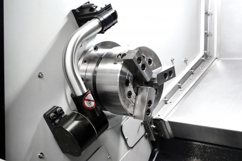 Durch ein im Standard enthaltenes Werkzeugvoreinstellsystem mit integriertem Renishaw Messtaster lassen sich Werkzeuge einfach und präzise im Revolver vermessen.