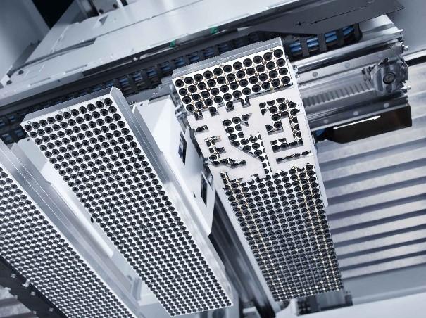Künstliche Intelligenz analysiert in einem Laservollautomaten die zunächst missglückte, dann aber erfolgreiche Entnahme von geschnittenen Blechteilen und automatisiert die Vorgehensweise mit Hilfe der analysierten Daten.