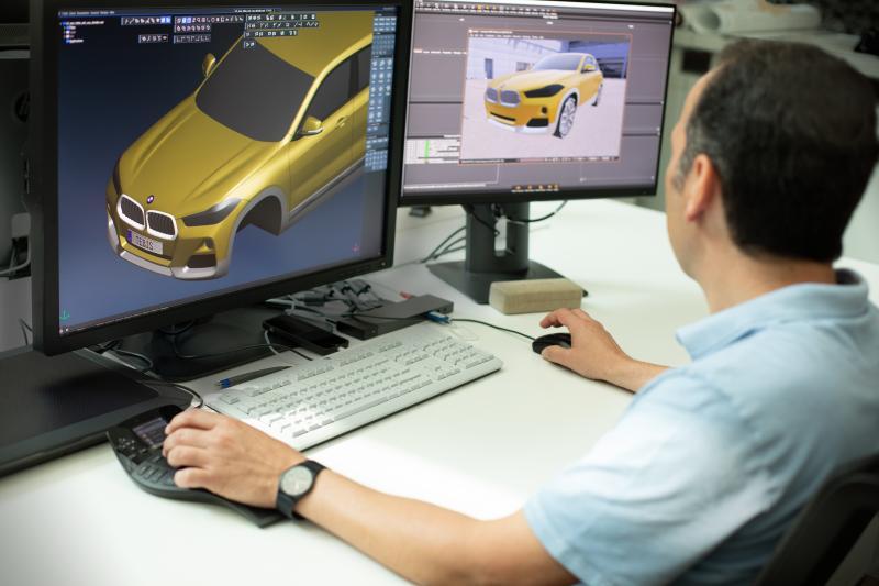Auf der Grundlage des in Tebis erzeugten Flächenmodells (linker Bildschirm) werden im Tool für Arbeits-Visualisierungen (rechter Bildschirm) die Renderings für den BMW X2 vorbereitet.