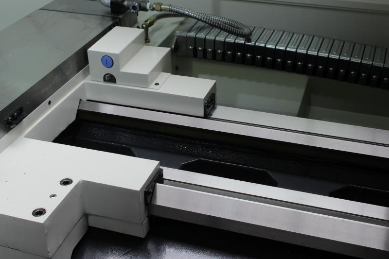 Komponenten wie Hochpräzisionsspindeln, Hochgenauigkeitskugelrollspindeln, verschleißfeste Führungsbahnen, Schwerlastspindelstöcke sowie ein robustes, hochsteifes Meehanite-Guss-Maschinenbett gehören bei der FCL-Baureihe zur Standardausstattung.