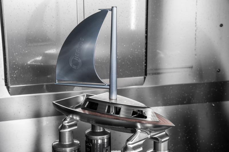 Segelboot, welches die Hermle MPA-Technologie und die Kernkompetenz im Fräsen kombiniert.