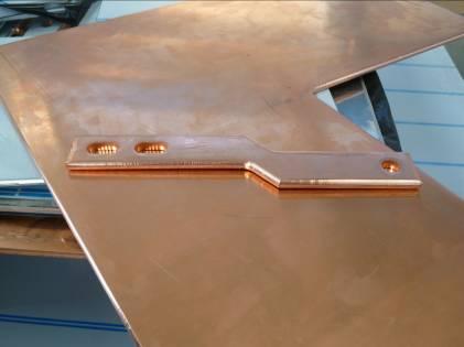 Beispielhaft gestanzte Werkstücke aus Aluminium und Kupfer, die auf der TWIN/TRI in einem Prozess komplett bearbeitet werden.