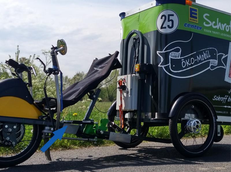 Für Edeka-Center Schroff, Kleve, von RM Customs in Unterflurbauweise maßgeschneidert konstruiertes und gefertigtes Lastenfahrrad mit Elektroantrieb und hydraulischem Bremszylinder (Pfeil)