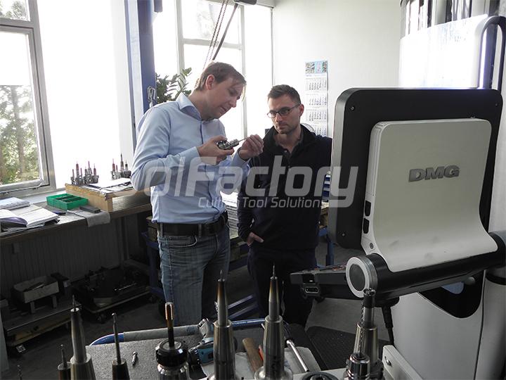 Edwin Philp (rechts), zuständig für die Programmierung und NC-Fertigung bei EPS GmbH, und Simon Spiegel (links), Vertriebsmitarbeiter bei TOOL FACTORY.