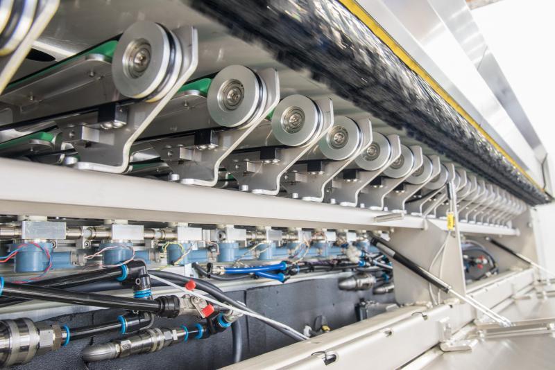 Die technotrans SE präsentiert auf der diesjährigen Automotive Engineering Expo (AEE) vom 4. bis 5. Juni Sprühbeölungssysteme für den Karosseriebau (Halle 12, Stand 117). Im Mittelpunkt des Messeauftritts steht die spray.xact 5000 zur Beölung von Karosserieaußenhaut- und Strukturteilen mit einer Sprühbreite von bis zu 4.600 Millimeter. Die Anlage ist weltweit eine der wenigen dieser Größe, die ohne den Einsatz von Druckluft arbeitet. Darüber hinaus demonstriert das Unternehmen mit einem Beispiel-Sprühtisch auf dem Messestand die Vorteile der druckluftfreien Sprühbeölung.