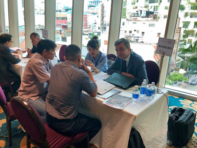 Jürgen Röders, Geschäftsführer der Röders GmbH aus Soltau, war einer der deutschen Unternehmer, die das VDW Technologiesymposium nutzten, um mit vietnamesischen Kunden in den direkten Dialog zu treten und neue Geschäfts-beziehungen zu knüpfen.