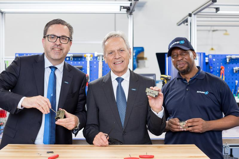 Premiere: The Managing Partner Heinz-Dieter Schunk (center) and his son Henrik A. Schunk, Chief Executive Officer (left) assemble the first SCHUNK gripper at the new premises at the SCHUNK site in North Carolina. Also present: Herbert Bass (right), who has been working for SCHUNK Intec USA for more than 20 years. Photo: SCHUNK
