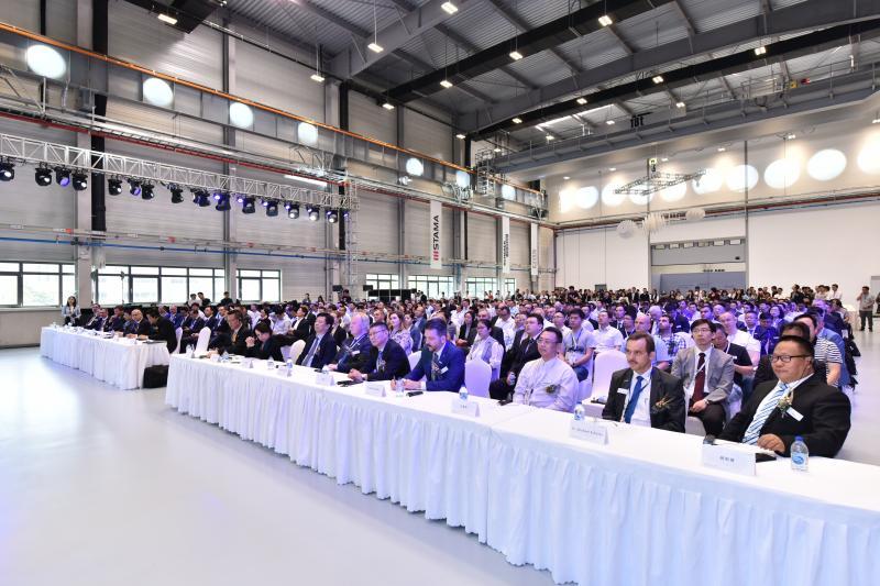 Gemeinsam mit Kunden, Lieferanten, Vertretern der Bezirksregierung Taicang sowie Medienpartnern feierte die CHIRON Group die Einweihung der Taicang Innovation Factory in China.