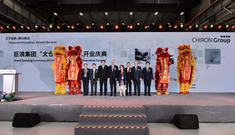 Herr Dingli (Kundenvertreter von Kehua), Herr Li Shihua (Kundenvertreter von Hongbang), Herr Zhao Jianjun (Stellvertretender Generaldirektor der Entwicklungs- und Reformkommission der Provinz Jiangsu, China), Herr Dr. Flik (CEO der CHIRON Group), Frau Dr. Althauser (Generalkonsulin des Generalkonsulats der Bundesrepublik Deutschland in Shanghai), Herr Ren (CEO von CHIRON China), Herr Hoberg (Gesellschafter von Hoberg & Driesch), Herr Wangjianguo (Bürgermeister von Taicang).