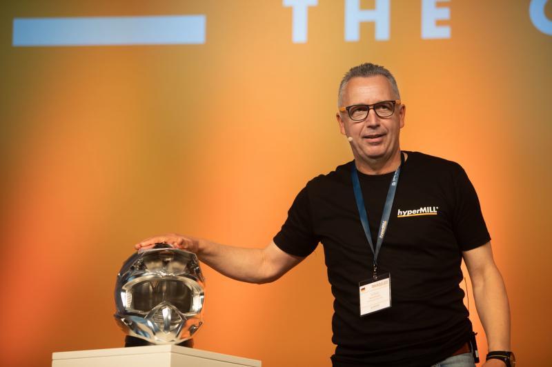 Volker Nesenhöner, CEO bei OPEN MIND, betont den Pioniergeist des Unternehmens. Ein Paradebeispiel dafür ist der Motorradhelm, der mit der führenden hyperMILL® 5-Achs-Technologie programmiert wurde.