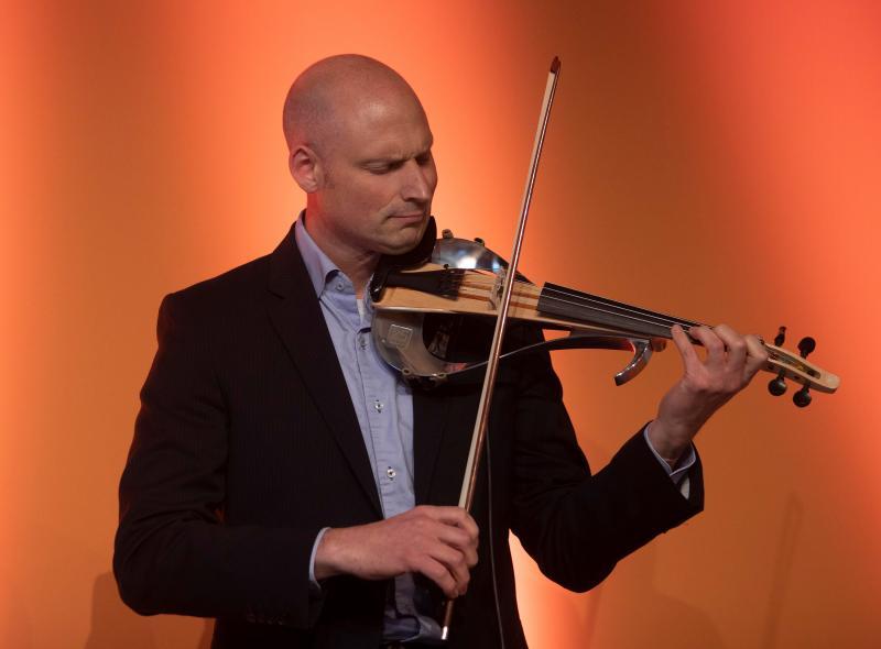 Der Musiker Max Grosch spielte auf einer elektronischen Violine – sie wurde mit hyperMILL® programmiert und aus einem Materialblock gefräst.