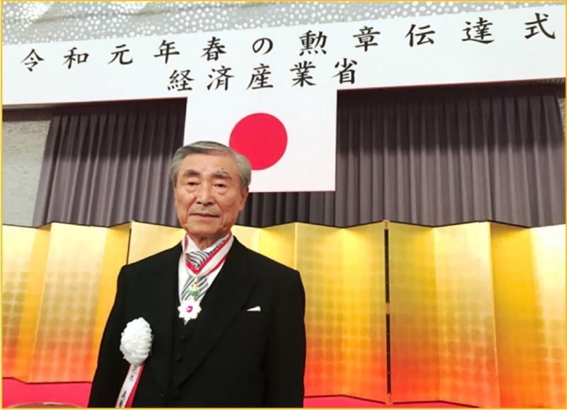 Yoshimaro Hanaki, Präsident und CEO von Okuma, wurde die Japanische Ehrenmedaille