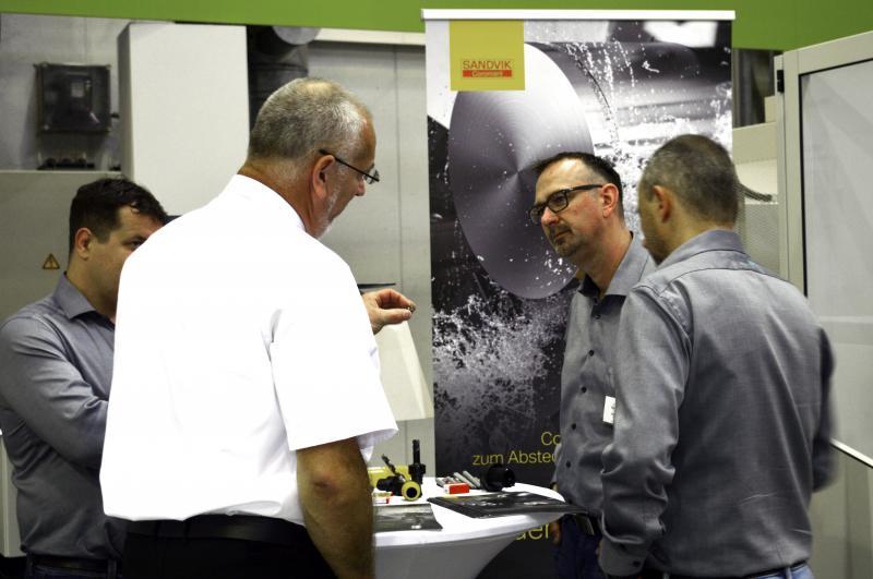 Begleitet von informativen Präsentationen der Partner RoboJob, Sandvik Coromant, Samsys und Top Automazioni sowie praxisorientierten Live-Demonstrationen der Hommel-Mitarbeiter wurden die Besucher durch den Tag der Automation geführt.