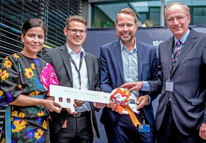 V. l. n. r.: Nadine Rahman, Markus Fresslé, Dr. Bernd Buxbaum, Reinhard Quast (Bauunternehmen Otto Quast) übernehmen den Schlüssel für The SUMMIT.