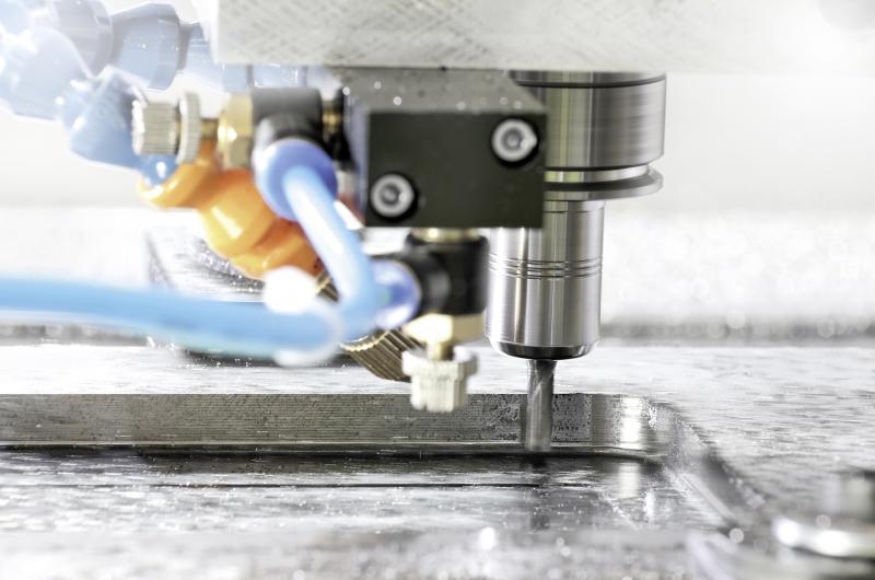 Beim Highspeed-Cutting im Formenbau müssen hochpräzise Oberflächen erzielt werden. Schwingungsdämpfende Präzisionswerkzeughalter sind dafür prädestiniert.  Bild: SCHUNK