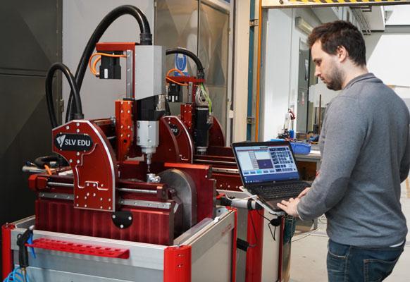 SolidVision, ein Unternehmen der DPS Software Gruppe, entwickelt in Tschechien eine CNC Maschine für die Ausbildung. Klein, praktisch und sogar zum 5-achs Fräsen geeignet:  die SLV EDU