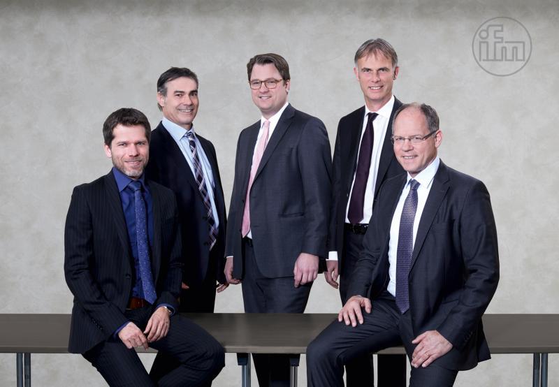 (v. l. n. r.) Martin Buck (Vorsitzender des Vorstandes), Benno Kathan (Vorstand), Christoph von Rosenberg (Vorstand), Michael Marhofer (Vorsitzender des Vorstandes) und Dr. Thomas May (Vorstand)