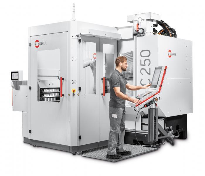 Das modulare und kompakte Robotersystem RS 05-2 adaptiert an ein 5-Achsen Bearbeitungszentrum C 250
