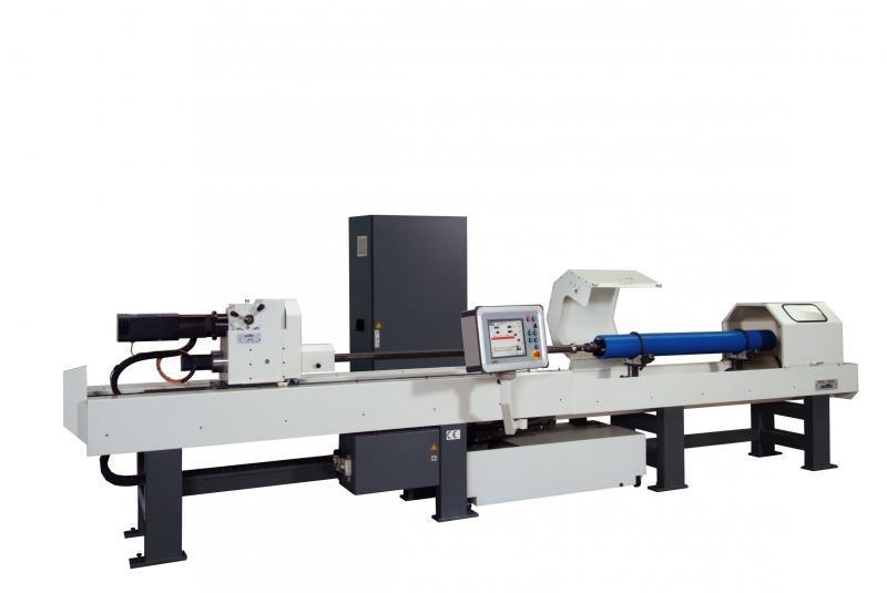 Die horizontale Großbereich-Kreuzschleifmaschine HTC ist für die Bearbeitung von großen Hydraulikzylindern, beispielsweise für Baumaschinen, für Turbinen oder Ölkomponenten ausgelegt.