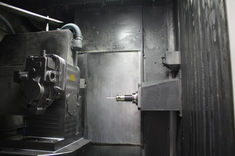 Teilspindel in doppelseitiger Ausführung zur Aufnahme von zwei hydraulischen Spannvorrichtungen: eine an der Vorderseite und eine an der Rückseite des Teilgerätes