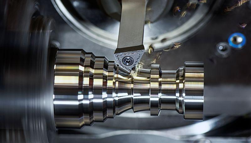 In vielen Tests hat CERATIZIT nicht nur hohe Standzeiten mit den neuen FreeTurn-Werkzeugen nachgewiesen, sondern auch ordentliche Prozesswerte mit High Dynamic Turning vorgelegt. Auf der EMO wird HDT und die FreeTurn-Tools live auf der Maschine zu sehen sein.