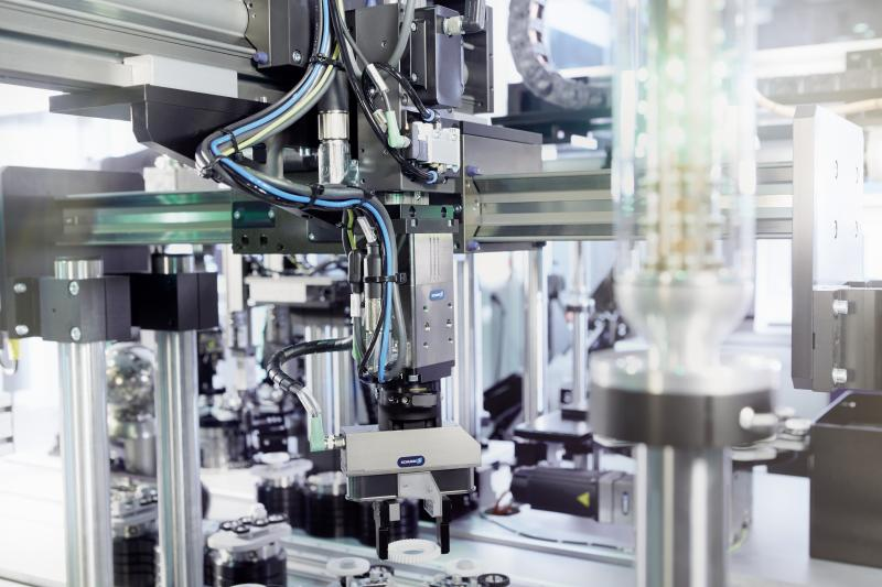 Mechatronische Drehmodule, wie das SCHUNK ERD, machen den Aufbau kompakter, mechatronischer Handhabungssysteme möglich.