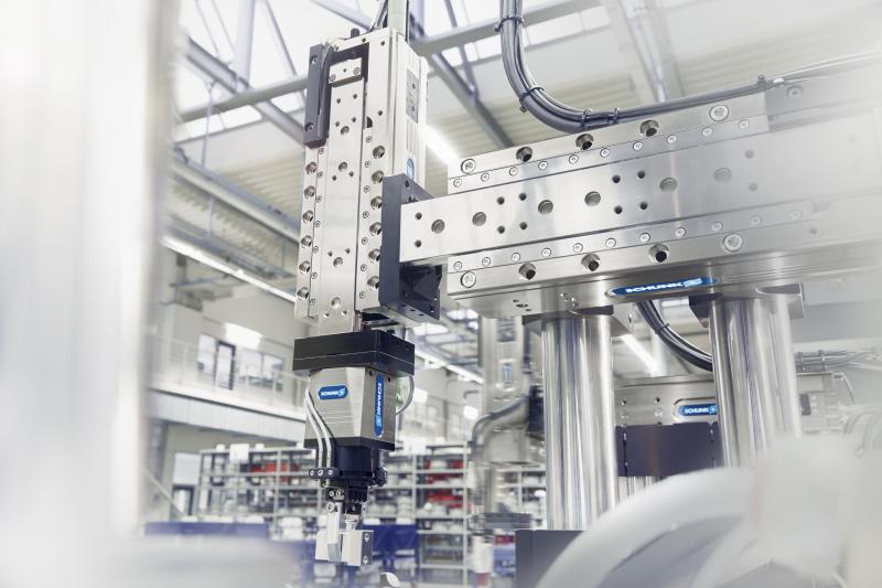 Mithilfe der Greif-Schwenkeinheit SCHUNK EGS sowie der SCHUNK ELP Linearmodule können komplette Montageanlagen auf Basis der 24V-Technologie realisiert werden.