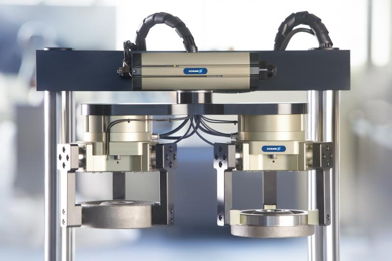 Compactness and performance density: The SCHUNK swivel unit SRM is considered as the new benchmark for pneumatic swiveling.