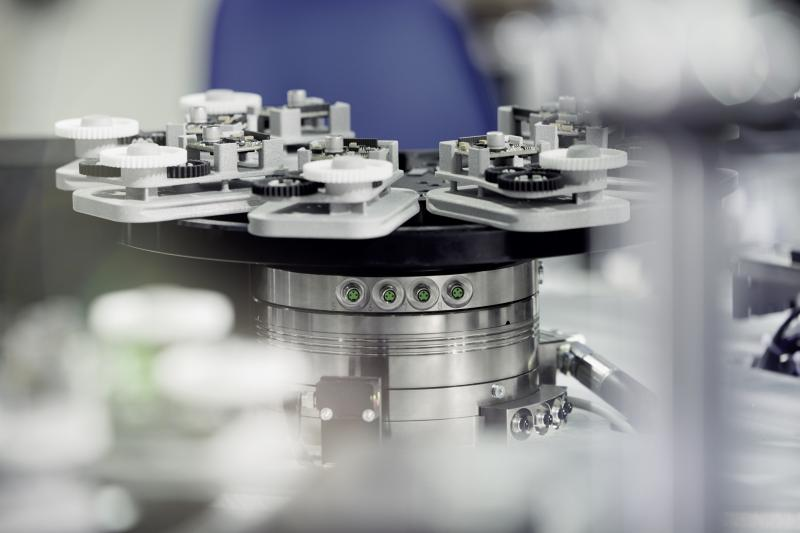 In assembly applications, the mechatronic rotary module SCHUNK ERS serves as a dynamic rotary table.