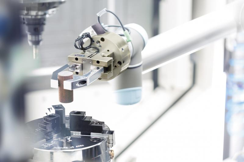The specially adapted SCHUNK end-of-arm modular system for lightweight robots from Universal Robots makes a very simple and cost-efficient machine loading possible.