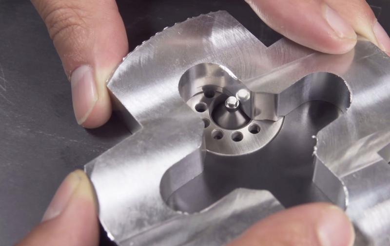 Die Stärke der Entgratmaschine Speedy ist die Bearbeitung von Innen- und Außenkonturen. Die Speedy Kontur entgratet gleichmäßig sowohl eckige als auch runde Werkstücke.