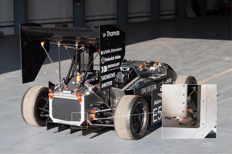 Für den Antrieb sorgen selbst entwickelte E-Motoren mit 29 kW und 46 Nm sowie der im Heck platzierte, extrem leicht gemachte und vibrationsarm aufgehängte Umrichter (Pfeil)