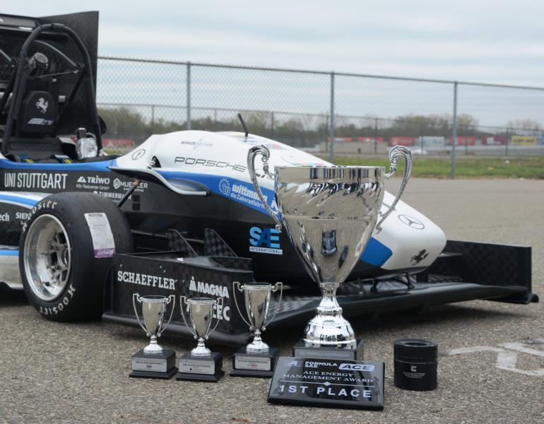 Das Rennteam der Universität Stuttgart gewinnt 2019 den ACE Energy Management Award im Rahmen der Formula SAE auf dem Michigan Speedway International in den USA