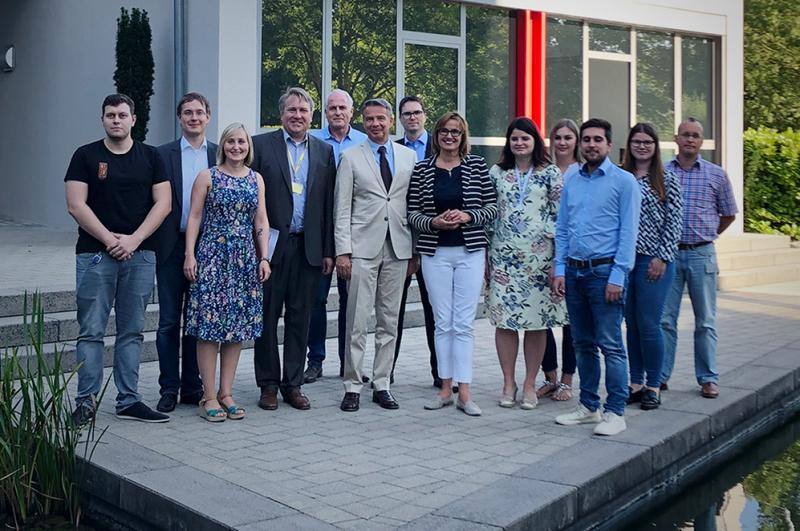 Die baden-württembergische Wirtschaftsstaatssekretärin Katrin Schütz (8. von links) zu Gast in der Firmenzentrale von MPDV in Mosbach. Begleitet wurde Sie von Michael Jann, Oberbürgermeister der Stadt Mosbach (6. von links). Bildquelle: MPDV