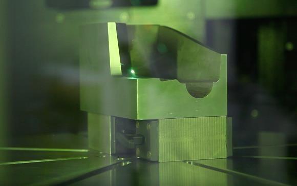 Das Reichle Technologiezentrum hat die AgieCharmilles LASER S Serie an diesem vermeintlich einfachen Musterteil getestet und konnte dabei die Bearbeitungszeit um 45 % reduzieren, eine deutlich höhere Qualität erzielen und das Risiko unerwünschter Lichtreflexionswinkel auf Oberflächen mindern.