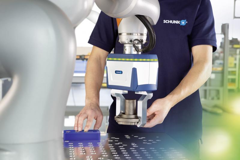 Mit dem Großhubgreifer Co-act EGL-C definiert SCHUNK einen Meilenstein in der Mensch-Roboter-Kollaboration. Dank integrierter Intelligenz lassen sich in kollaborativen Anwendungen nun erstmals Greifkräfte bis 450 N realisieren.