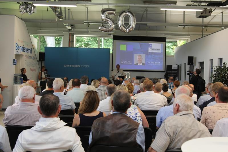 """Um ein halbes Jahrhundert Firmengeschichte gebührend zu feiern, lud die DATRON AG am 27. Juni an den Hauptstandort nach Traisa ein. Der große Jubiläums-Festtag stand ganz im Zeichen des DATRON Slogans. """"50 Jahre DATRON – 50 Jahre Leidenschaft für Technologie""""."""