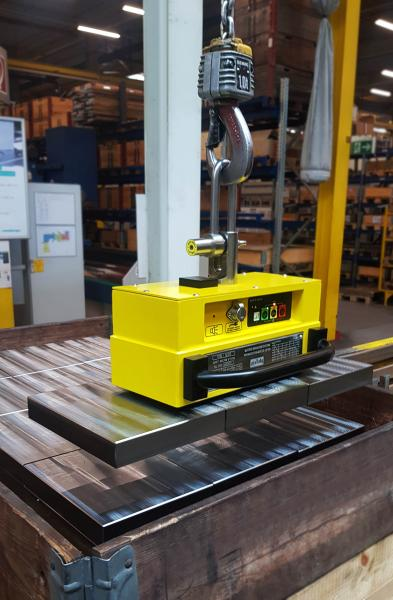 The electropermanent battery lifting magnets are suitable for the flat material load range of 950kg and the round material load range of 400kg. Using a current pulse of less than one second the electropermanent battery lifters SB 950 from Assfalg are switched manually by pushbuttons or automatically. Although no current flows during the transport of the load, the workpiece remains safely clamped like a permanent magnet. Up to 500 ON/OFF switching cycles by SB 950 are possible before recharging the integrated accu by the supplied mains charger.